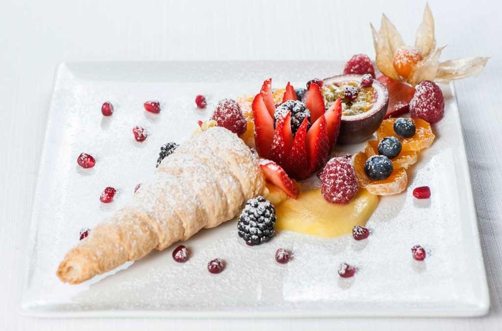 Cornucopia con crema pasticcera, frutti esotici e di bosco