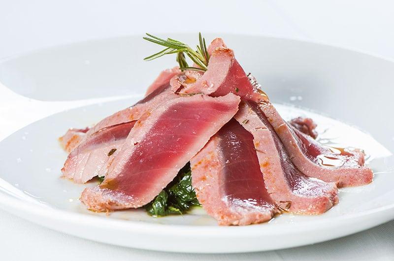 Tagliata di tonno su letto di spinaci